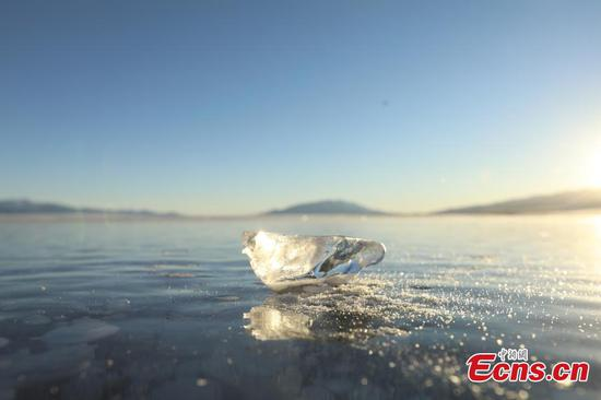 Diamond-like ice cubes scatterred on Sayram Lake in Xinjiang